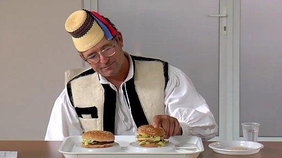 Ils goûtent pour la première fois de leur vie un hamburger [vidéo]